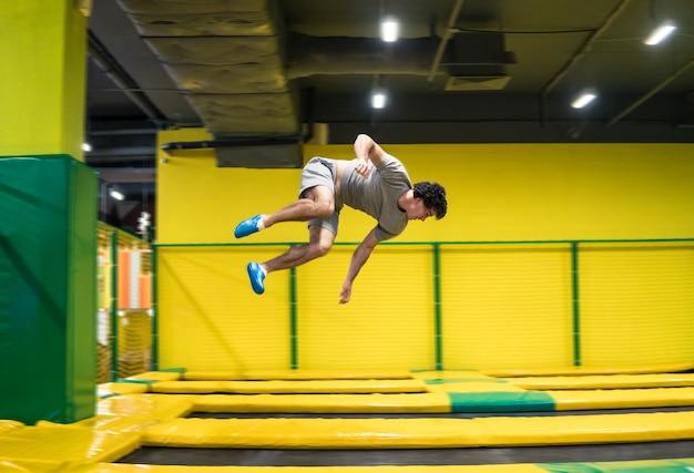 트램폴린 점퍼는 트램폴린에서 복잡한 곡예 운동과 공중제비를 수행합니다.