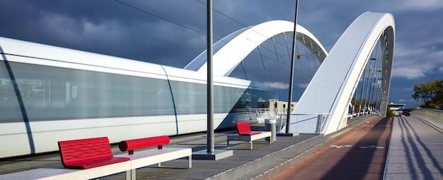 橋、リヨン、フランスを渡る路面電車。