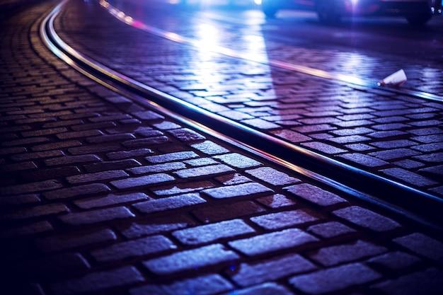 밤에 빈 트램 레일