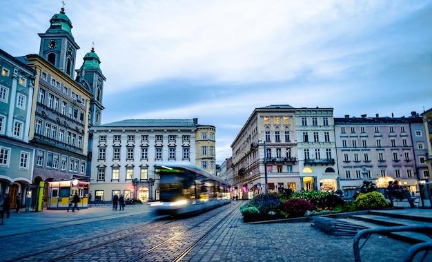 オーストリア、リンツの中心部に建築物がある路面電車