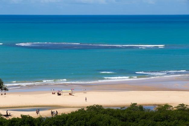 Пляж транкозо под голубым летним небом