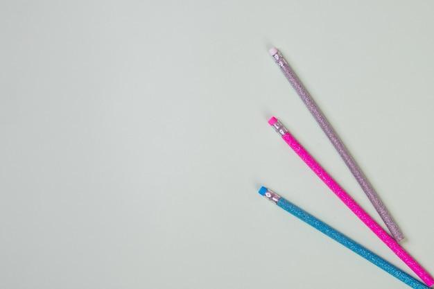 Карандаш и ластики. канцтовары, канцтовары. написание товаров. школьный инструмент, элементы для вашего дизайна, концепция образования, trandy цвета.