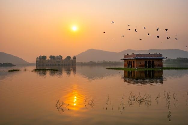 Спокойное утро в водном дворце джал-махал на восходе солнца в джайпуре, раджастхан, индия