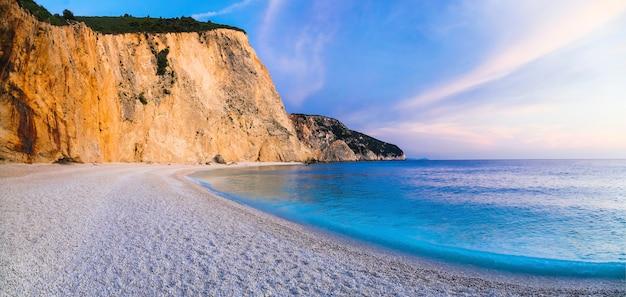 Спокойный морской пейзаж - закат на прекрасном пляже на острове лефкас - порто кацики, греция