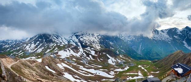 グロースグロックナーハイアルパインロードの静かな夏のアルプスの山と蛇紋石。 2ショットステッチ画像。