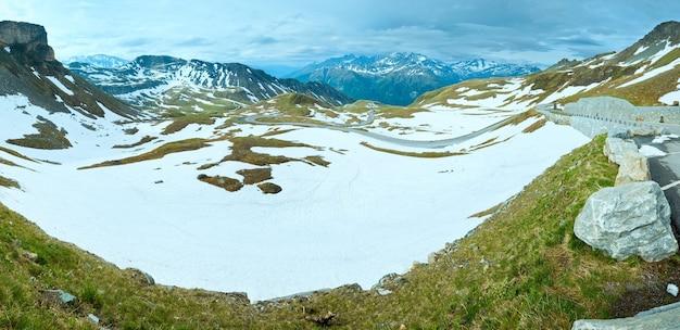 静かな夏のアルプスの山のパノラマ(グロースグロックナーハイアルパインロードの眺め)