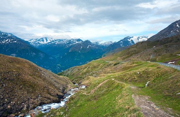 静かな夏のアルプスの山、グロースグロックナーハイアルパインロードからの眺め