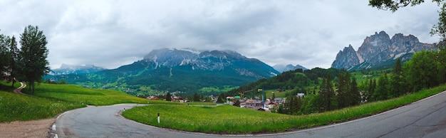 谷の村と静かな夏のイタリアのドロミテ山の景色