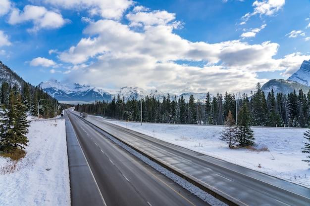 バンフのトランスカナダハイウェイタウン出口。バンフ国立公園、カナディアンロッキー、アルバータ州、カナダ。