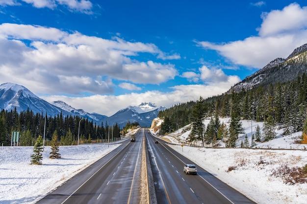 バンフのトランスカナダハイウェイタウン出口。カナディアンロッキーのバンフ国立公園。カナダ、アルバータ州バンフ