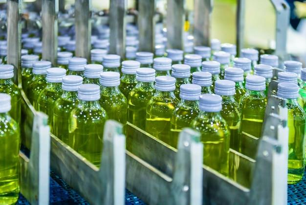 Транспортировка стеклянных бутылок на автоматических конвейерных системах промышленная автоматизация упаковки