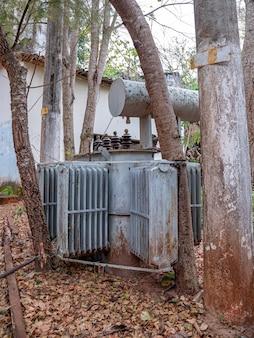 버려진 소규모 수력발전소용 변압기