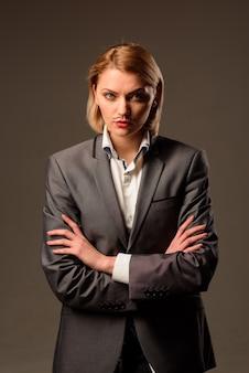 トランスジェンダーのlgbtlgbtは、男性のスーツのプライドアイデンティティで口ひげの女性を描くことで深刻な女性を発行します