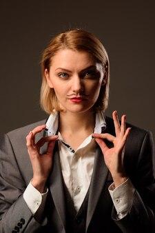 トランスジェンダーのlgbtlgbtは、男性のスーツのプライドアイデンティティで口ひげの女性と女性を発行します