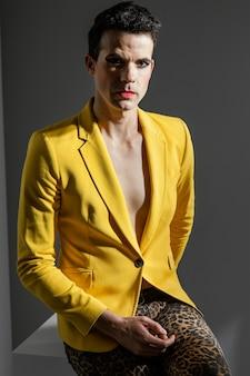 Persona transgender che indossa una giacca gialla