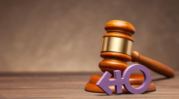 트랜스 젠더 기호와 갈색 배경에 판사 망치. 퍼레이드 또는 결혼 금지 또는 허가의 개념. 텍스트를위한 공간 복사