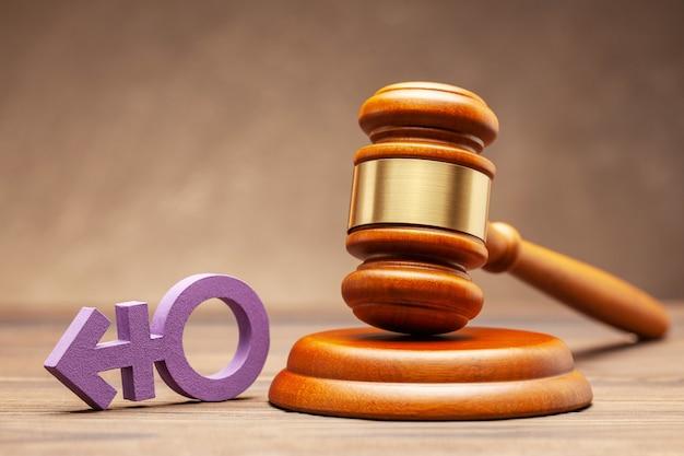 트랜스 젠더 기호 및 판사 디노 갈색 표면에. 퍼레이드 또는 결혼 금지 또는 허가의 개념.