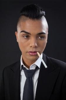 Трансгендер с сигаретой во рту