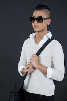 Трансгендерная женщина, держащая сумку