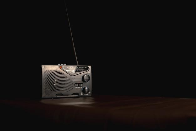 黒い背景のテーブルの上のトランジスタラジオ