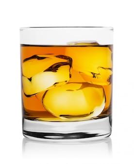 Полупрозрачный золотой виски с кубиками льда в стакане
