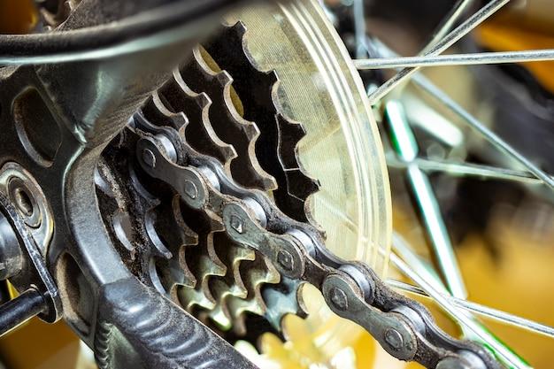 自転車での送信。ギアシフト機構。スポーツバイクのデザイン要素。スポットとテクノロジー。閉じる。余暇。