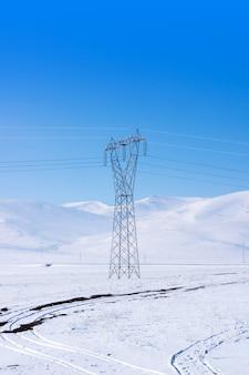 Линия передачи зимой снег