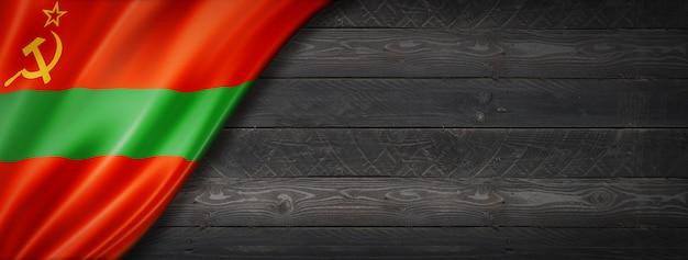 검은 나무 벽에 트란스 니스트 리아 상태 플래그입니다. 수평 파노라마 배너.