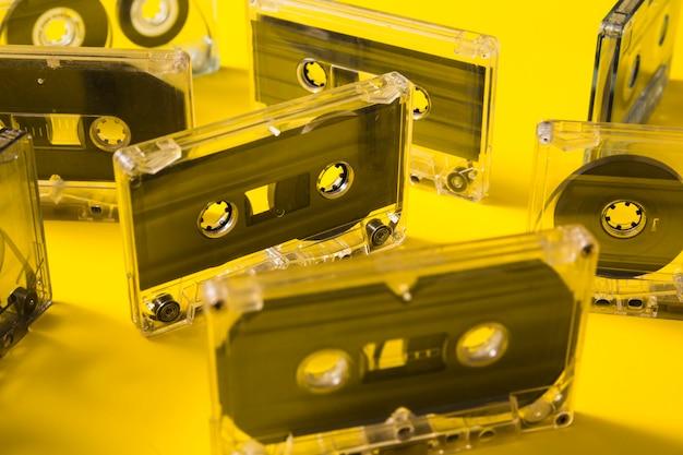 黄色の背景に透明なオーディオカセットテープ
