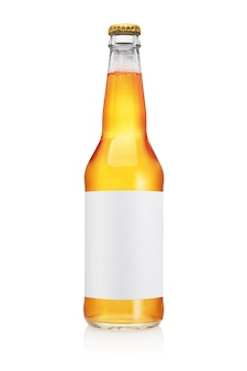 長い首と白い背景で隔離の空白のラベルと透明なビール瓶。