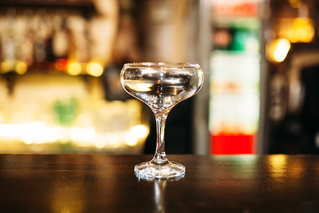 バーカウンターのガラスの透明飲料