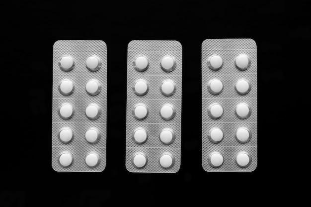 Прозрачные блистеры с белыми таблетками