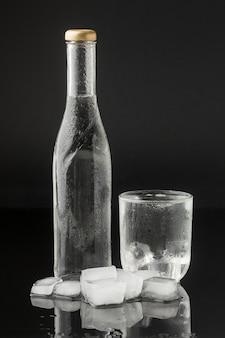 Прозрачная бутылка, наполненная водой