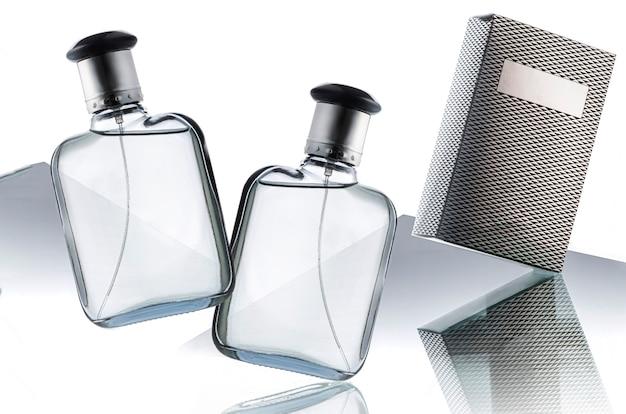 흰색 테이블에 향수 또는 향수, 오 드 뚜왈렛 또는 향수를위한 투명한 병