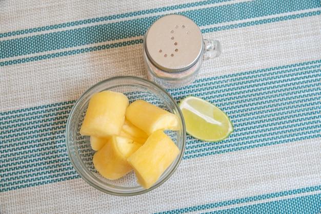 줄무늬 배경-위에 manioc, 레몬, 소금 투명 그릇