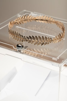 Прозрачная коробка и золотая корона крупным планом