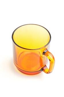 격리 된 흰 바탕에 투명 갈색 차 컵