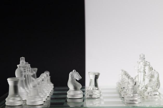 Прозрачные шахматные фигуры на борту