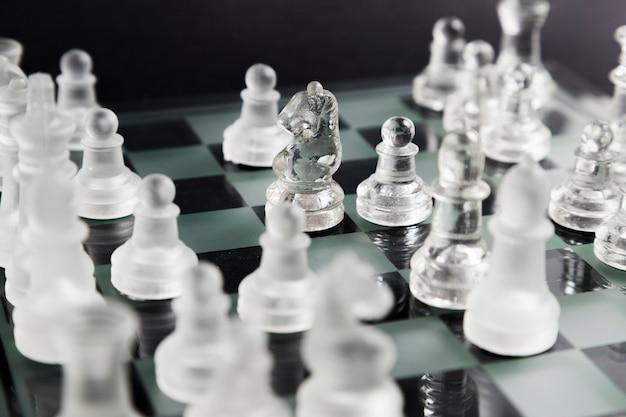 보드에 투명 체스 조각