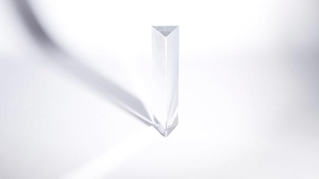 白い背景の日光の透明な水晶プリズム