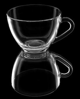 Прозрачная чашка с отражением, изолированная на черном