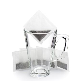 白の透明な空のガラスカップとティーバッグ