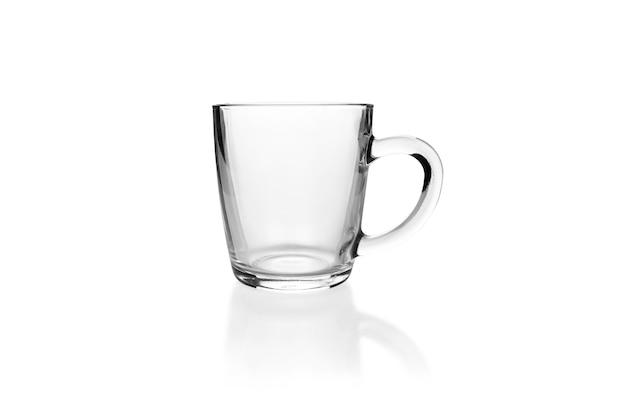 白い背景で隔離の透明な空のガラスのマグカップ。