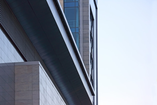 空を背景にした建物の透明なファサード