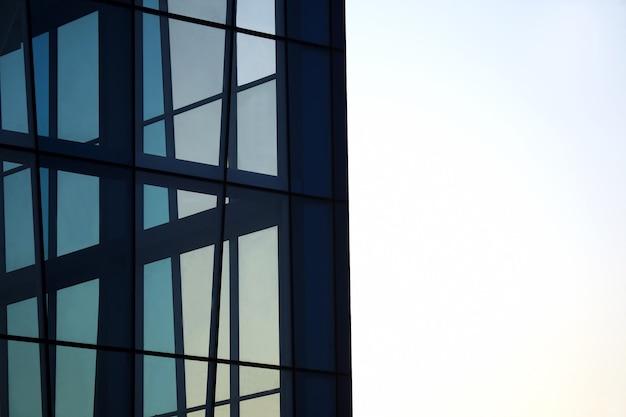 Прозрачный фасад здания на фоне неба.