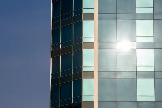 하늘을 배경으로 건물의 투명한 외관