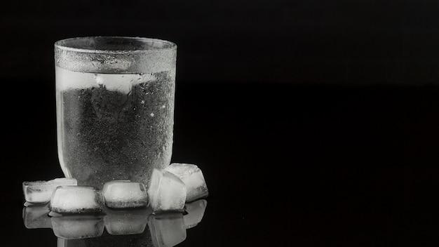 Прозрачное стекло, наполненное водой