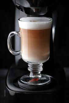 Прозрачная стеклянная кружка с кофе капучино