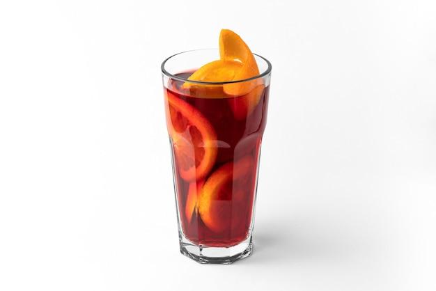 자연 그림자가 있는 흰색 및 회색 배경에 분리된 얇게 썬 오렌지와 함께 붉은 상쾌한 겨울 음료 mulled 와인 한 잔