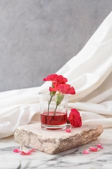 花と透明なガラス